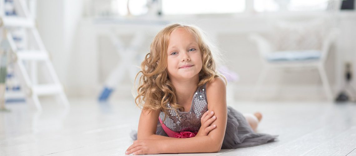 ילדה קטנה וחייכנית